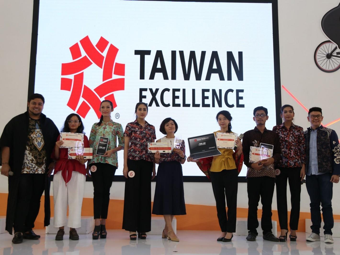 「台灣精品Batik創意設計大賽」冠軍Mrs. Nike Wijayanti (中)表示,過去對台灣的認識不深,這次比賽後,對於台灣精品印象深刻,很期待台印不只在經濟上交流,還能在設計及文化上成為互通有無的夥伴