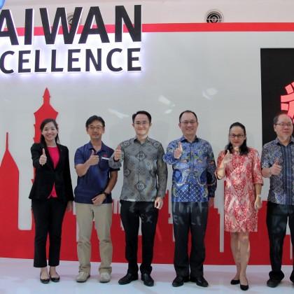外貿協會今(16)日在印尼棉蘭舉辦台灣精品體驗行銷活動,雅加達台灣貿易中心經理吳燕青(左1)、駐印尼台北經濟貿易代表處經濟組副組長廖浩志(右2)與貴賓合影。