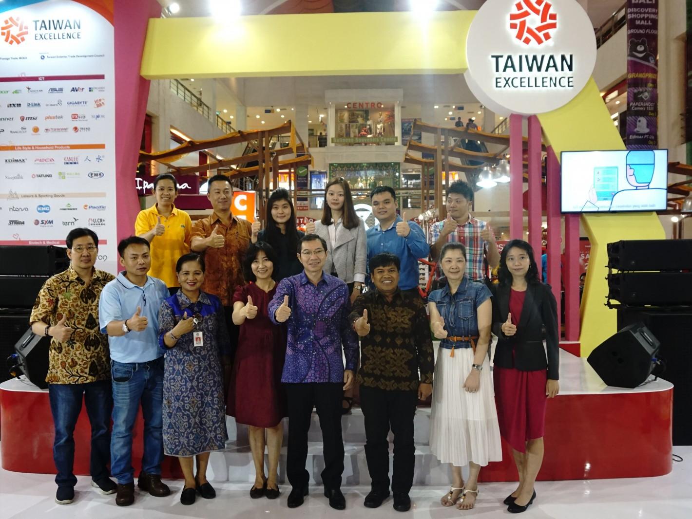 印尼峇里島購物中心體驗行銷活動台灣與印尼代表合影