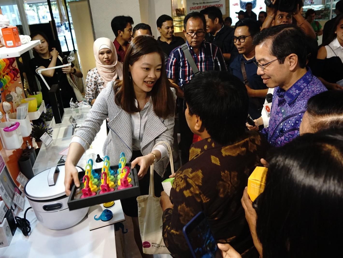 印尼泗水代表處代表蕭勝中於印尼峇里島購物中心體驗活動體驗非卡FECA吸盤掛勾