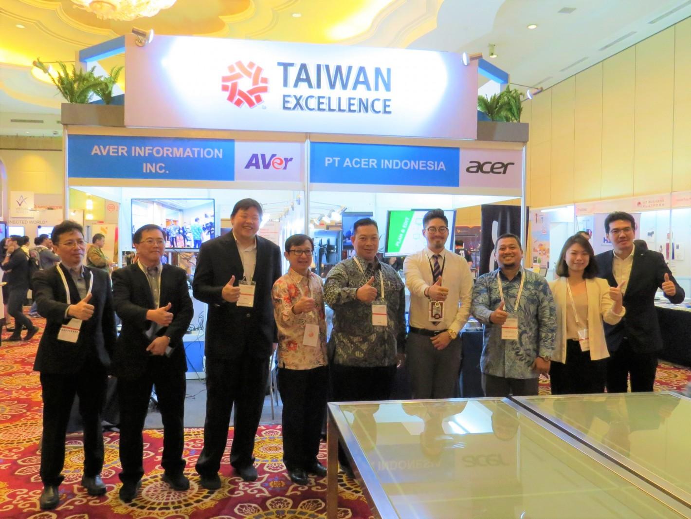雅加達台貿中心廖俊生主任(左四)與台灣精品廠商合影