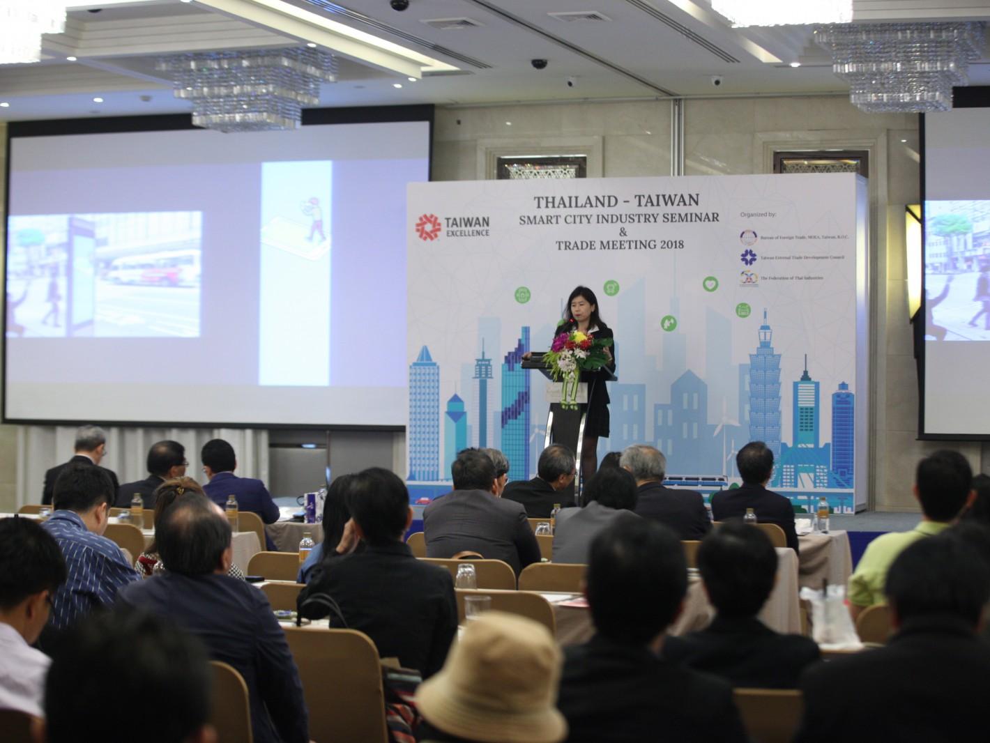 台灣精品廠商威盛電子林育如經理發表智慧交通及建築科技