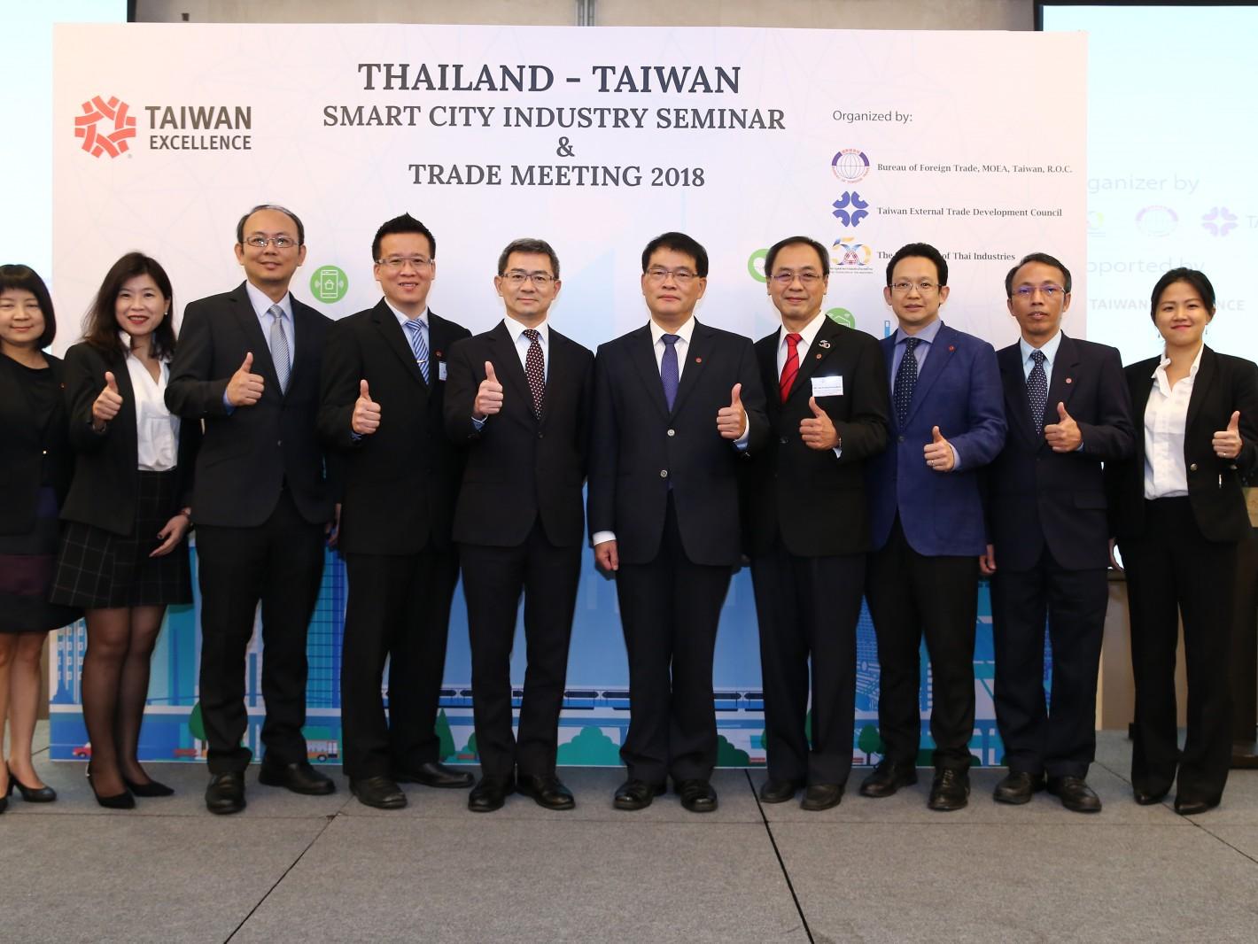 5家台灣精品廠商大同、研華、威盛電子、微星及新漢參該活動,與泰國工業院、數位經濟推廣局及駐泰國台北經濟文化辦事處、及外貿協會代表合影
