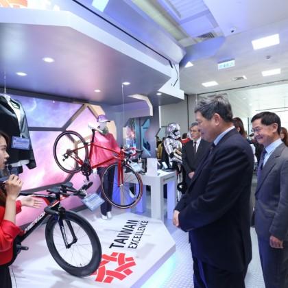 台北南港展覽館1館3樓的台灣精品館今(15)日舉辦改裝開幕茶會,以全新的太空梭場景登場,展出台灣精品最新得獎產品。