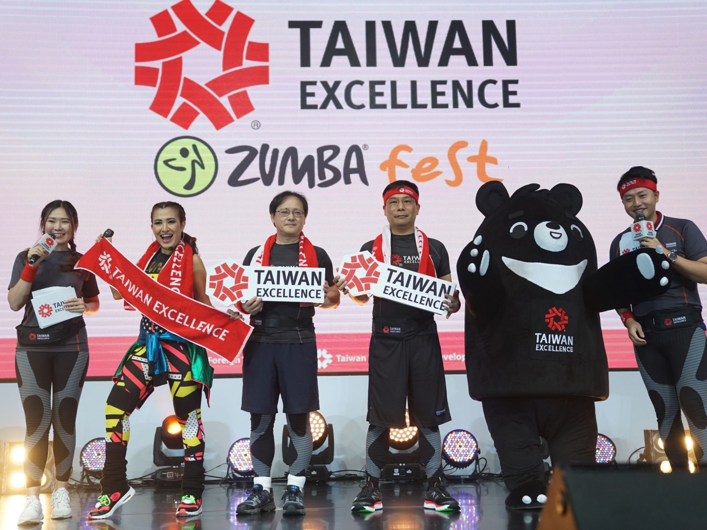 印尼Zumba官方大使Liza Natalia(左起)、外貿協會王熙蒙副秘書長、駐印尼代表藍夏禮公使和一同與Zumba參加者互動自拍