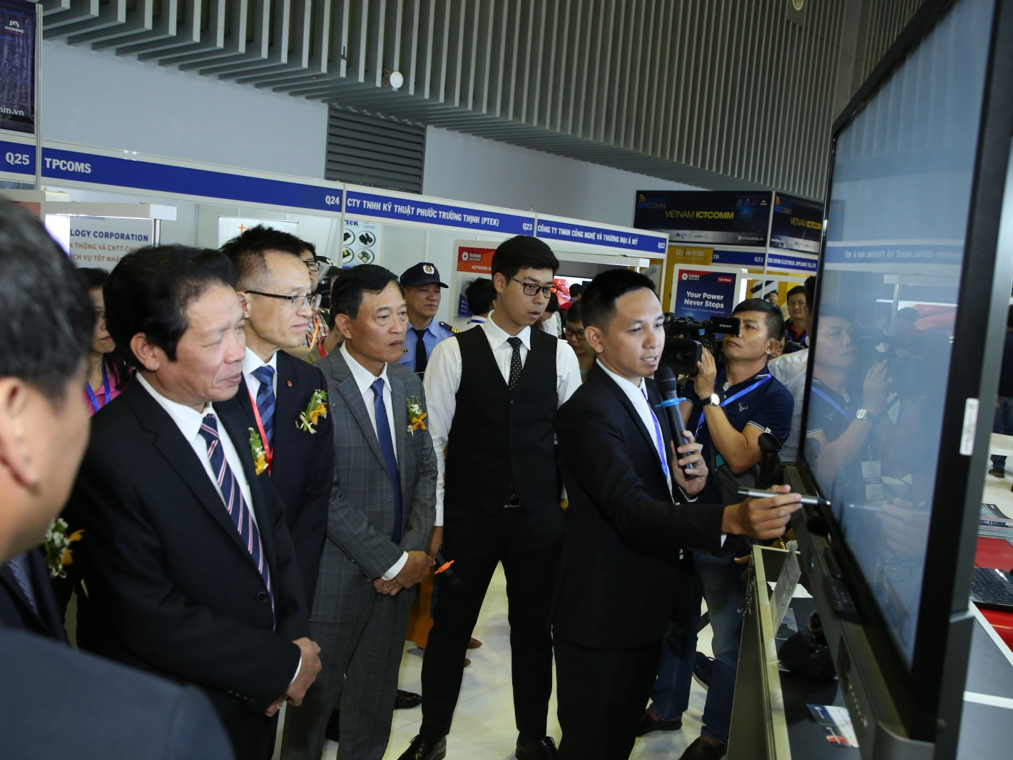 越南訊息通訊部部長Truong Minh Tuan與越南工業貿易部部長Do Thang Hai蒞臨台灣精品館,與吳俊澤處長共同體驗明基電通亮點產品。