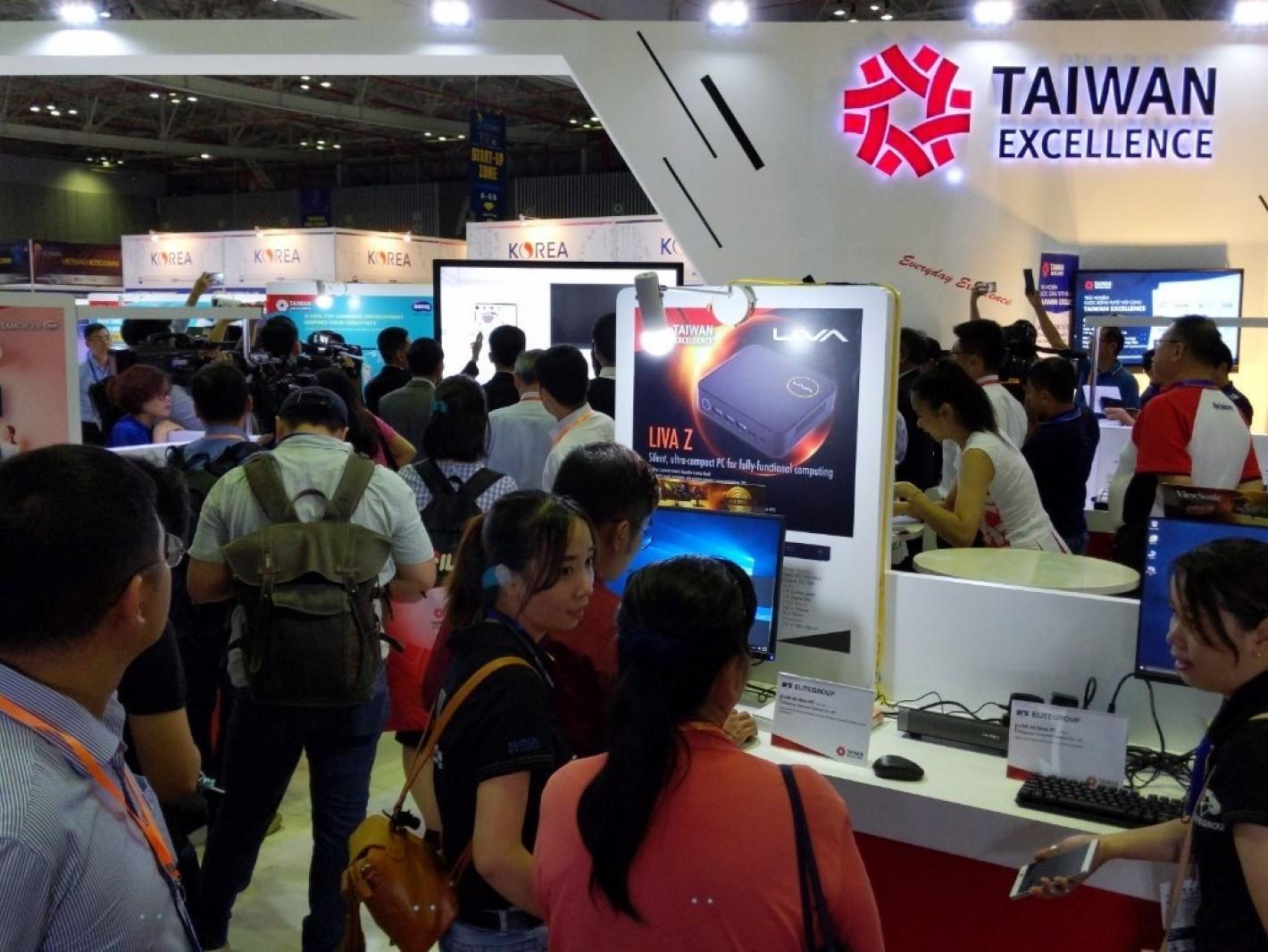 台灣精品館展出22家資通訊品牌近80件產品,吸引眾多買主及消費者駐足參觀體驗。