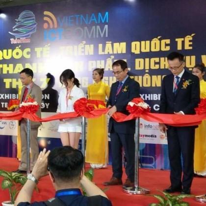 吳俊澤處長(右二)代表本展最大參展商「台灣精品館」上台剪綵,為越南國際資通訊展揭開序幕。