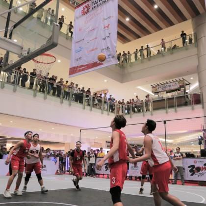 TOKUYO與FECA兩隊競爭台灣精品籃球營準決賽名額,吸引菲律賓民眾圍觀