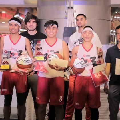 經過兩天激戰,安妮絲薇隊榮獲台灣精品籃球營冠軍並獲贈球星簽名球