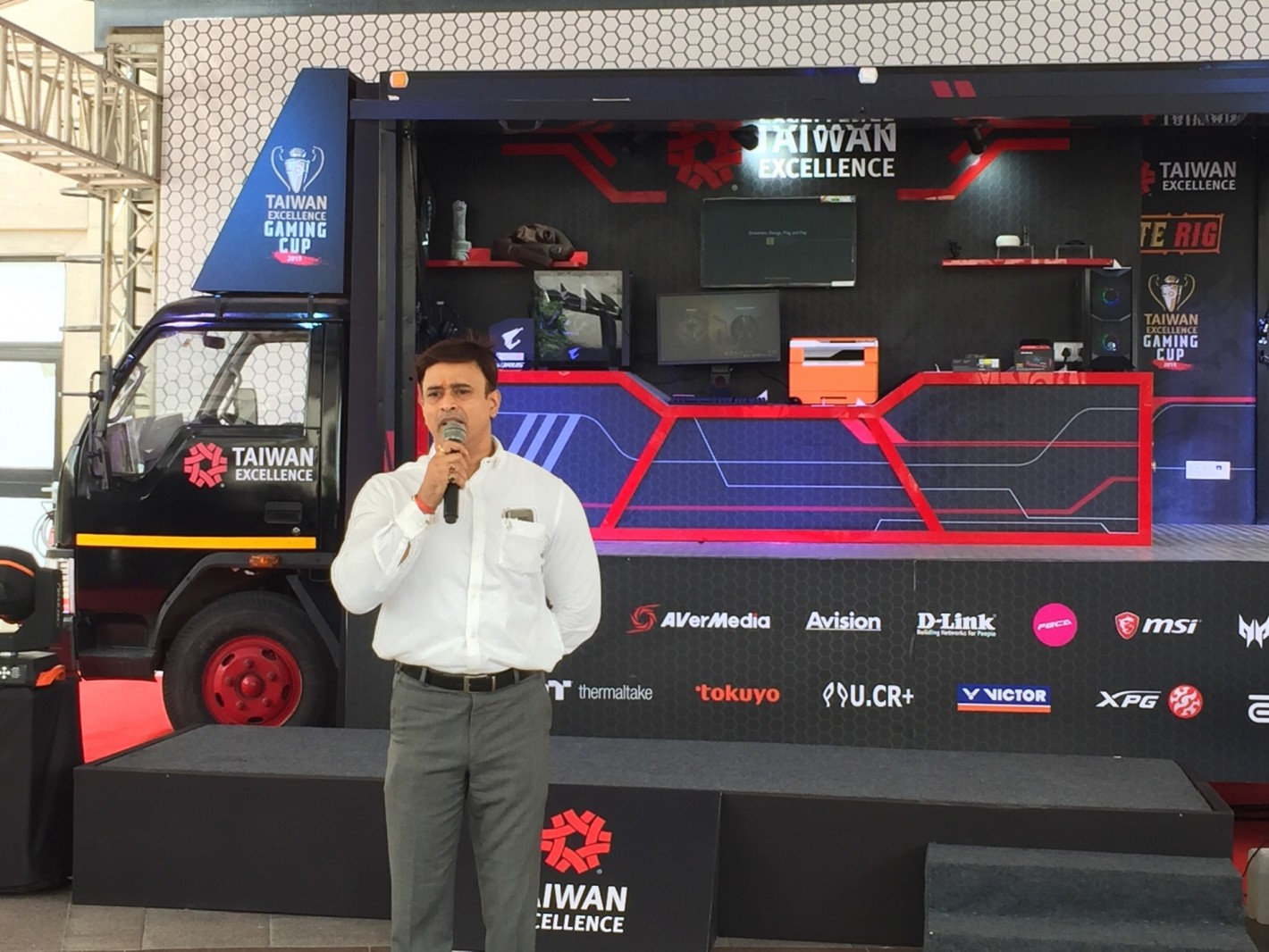 威剛代表於現場介紹該公司新款機殼、電源供應器及SSD產品介紹