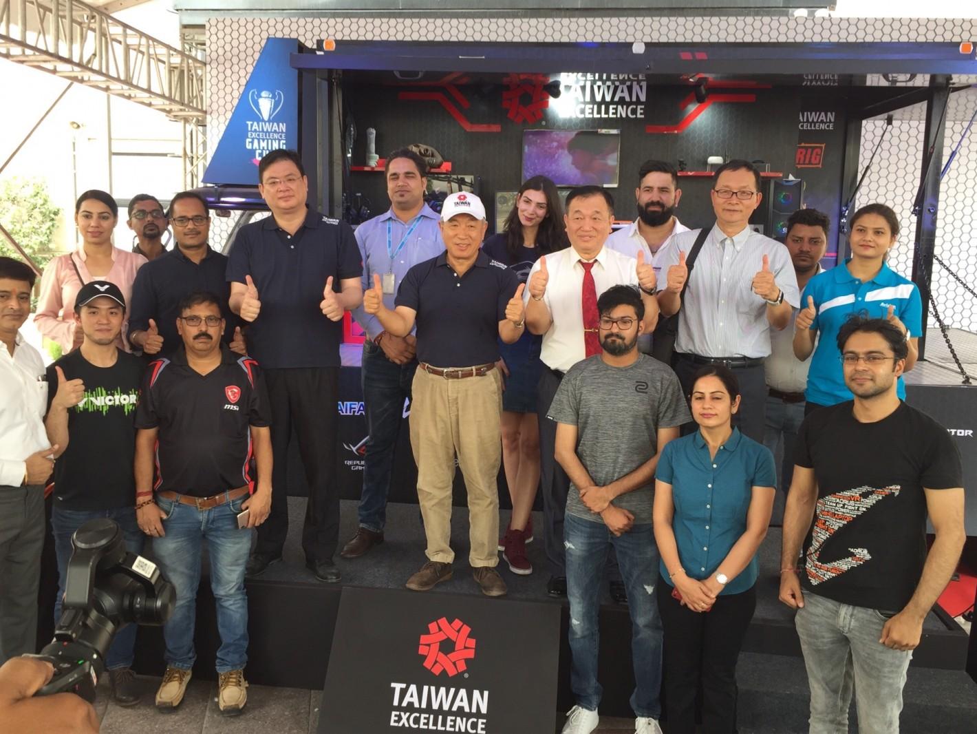 駐印度台北經濟文化中心大使田中光於體驗車前與眾品牌代表合影