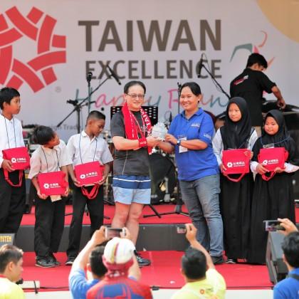 2019年台灣精品公益路跑,印尼慈善團體OBI感謝台灣精品的公益力量,回贈感謝獎座給貿協王熙蒙副秘書長(左)