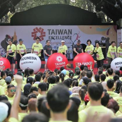 2019年印尼台灣精品公益路跑,由貿協王熙蒙副秘書長(左5)、印尼知名主持人Yuanita Christiani(左6)、駐印尼經濟貿易代表處陳忠大使(左7)及其他貴賓將球推下台下,掀起活動高潮