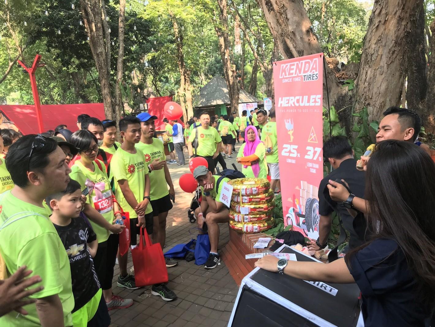 2019年印尼台灣精品公益路跑,建大(KENDA)與跑者互動中介紹自家產品