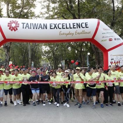 2019年第6屆台灣精品愛心公益路跑Taiwan Excellence Happy Run結合社會公益活動,7月21日於雅加達Ancol Pasar Seni開跑,由貿協王熙蒙副秘書長、駐印尼經濟貿易代表處陳忠大使(前排著黑衣者)領跑