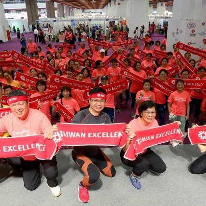 貴賓與Zumba參賽者一起自拍 宣示透過台灣精品帶給大家更美好的生活