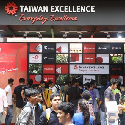 台灣精品體驗專區人潮絡繹不絕,亮點科技產品吸引眾多學生爭相體驗。