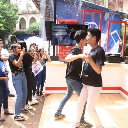 現場參觀民眾熱情參與互動舞蹈遊戲,與台灣精品共舞。