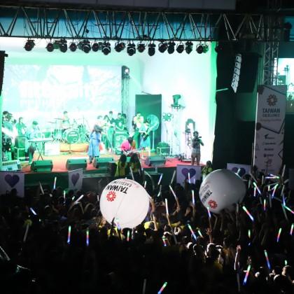 全場最熱鬧的主舞台演唱會時刻,由台灣精品大球及螢光棒炒熱氣氛。