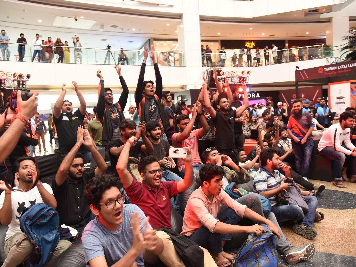 印度台灣精品盃電競賽決賽於孟買舉行,現場民眾為支持隊伍歡呼。