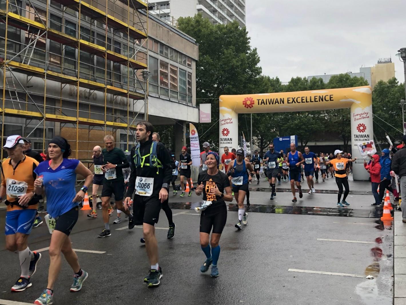 4. 柏林馬拉松終點前40km處設有台灣精品贊助的專屬拱門,各國跑者完賽必經之處,為最佳賽道拍攝點