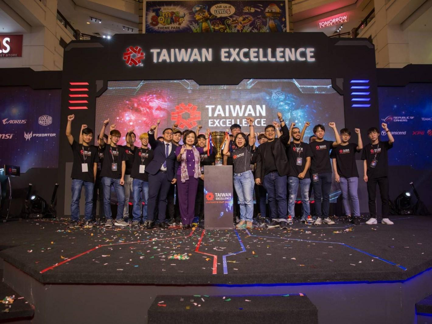 圖二、台灣精品總決賽由駐馬大使洪慧珠(左前二))、吉隆坡台貿中心主任蕭春雁(左前三)、馬來西亞多媒體數位發展機構MDEC副總裁 Hasunl Hadi(左前四)及馬來西亞電競協會會長 Farouq(左