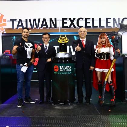 從左至右為電競熱門主持人Eric Tai、馬尼拉台灣貿易中心主任陳明淵、菲律賓經濟組組長張文忠、菲國當地電競女神Myrtle Sarrosa