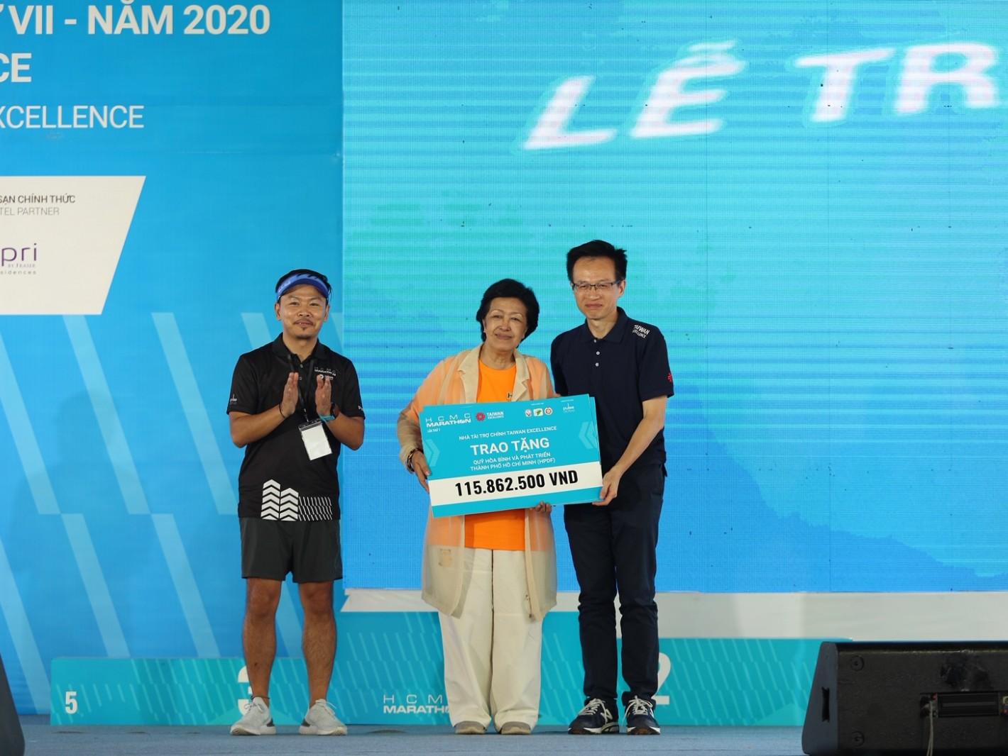 吳俊澤處長(右一)於大會公益捐贈活動代表台灣精品捐贈當地慈善團體HPDF,幫助橙劑受害者邁向運動健康新生活。