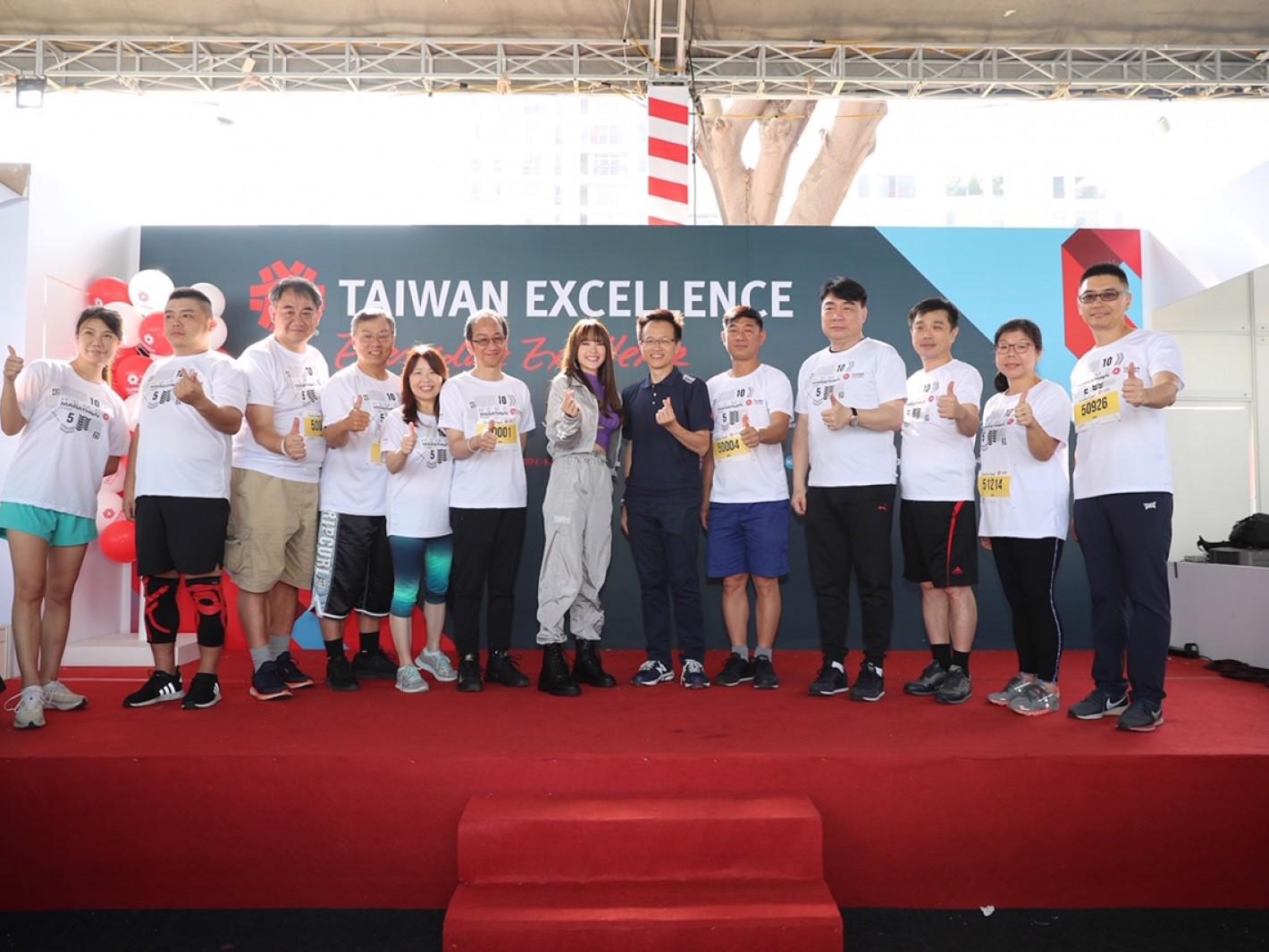「越南蔡依林」台灣精品代言人Minh Hang(中)到場宣傳台灣精品,與吳俊澤處長(中右)等貴賓合影留念
