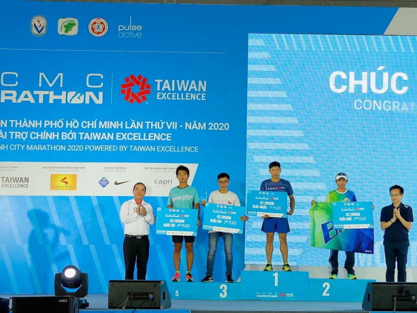 吳俊澤處長(右一)擔任大會頒獎嘉賓,授獎予42K馬拉松男子組前三名跑者